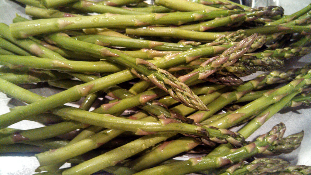 Trimming asparagus is really simple. Did you know that asparagus can tell you where they want to be trimmed? Well, they can! Let me show you how! | TheMountainKitchen.com