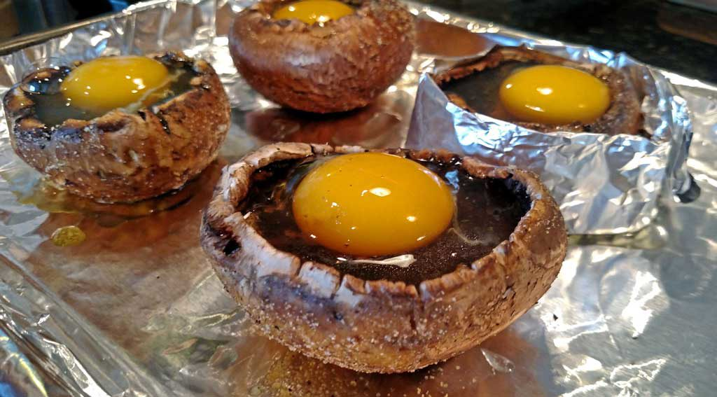 These mushroom caps with baked eggs make a wonderful Meatless Monday meal and taste wonderful. You will not regret making them. | TheMountainKitchen.com