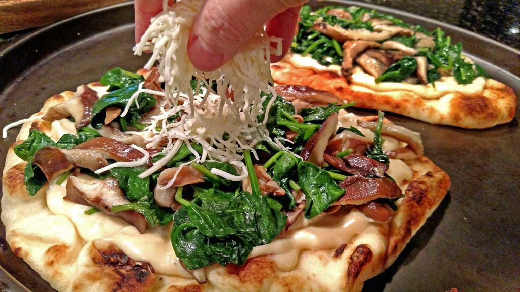 Mushroom-Spinach Alfredo Flatbread Pizza { A Meatless ...