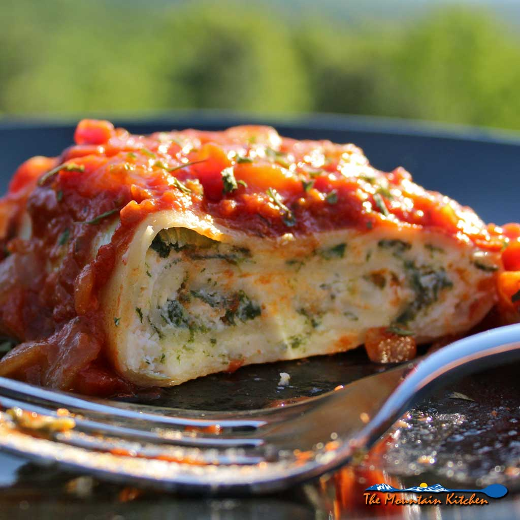 Spinach lasagna rolls: creamy ricotta and mozzarella cheeses mixed and fresh sauteed spinach, rolled inside lasagna noodles topped with marinara sauce. Yum! | TheMountainKitchen.com