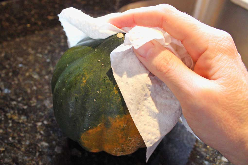 drying the acorn squash with paper towel